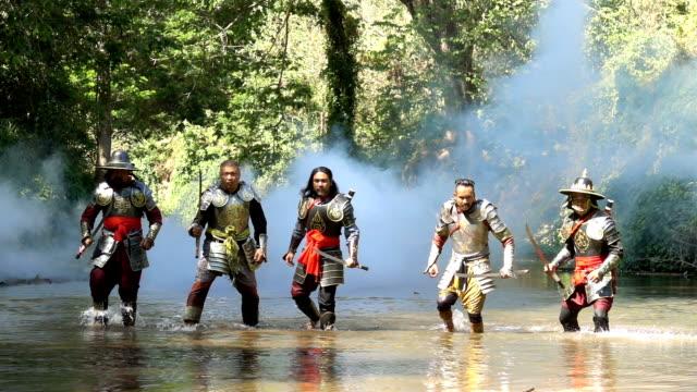 川で戦う準備をするスローモーション古代の戦士 - 騎士点の映像素材/bロール