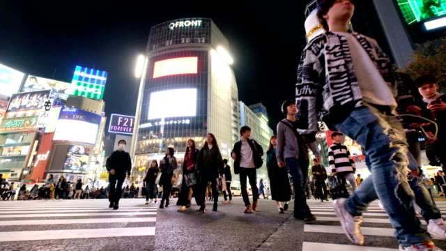 4k slow motion : anonymous crowded walking at shibuya crossing,  shinjuku , tokyo - japan - grandangolo tecnica fotografica video stock e b–roll