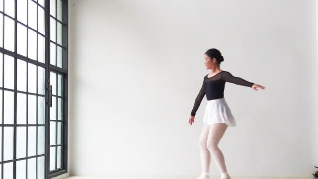 zeitlupe asien anmutige junge mädchen üben ballett tanzen ballerina spinnen + springen im studio klassenzimmer - ballerina stock-videos und b-roll-filmmaterial