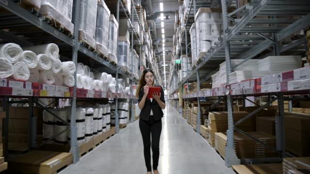 スローモーションアジア女性工場労働者工場で在庫をチェック。 - 貯蔵庫点の映像素材/bロール