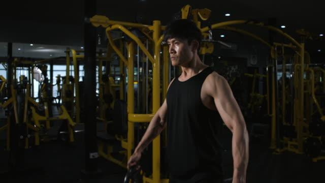 vídeos y material grabado en eventos de stock de 4k slow motion asian men ejercicio en el gimnasio, halterofilia hombre fuerte haciendo barbell, en el hardcore gym. culturista muscular y atlético - entrenamiento con pesas