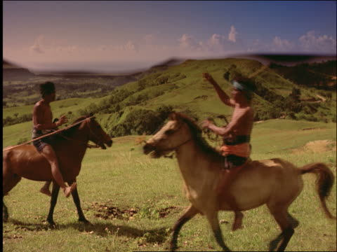 slow motion asian men on horses throwing wooden spears / pasola / sumba / indonesia - pflanzenfressend stock-videos und b-roll-filmmaterial