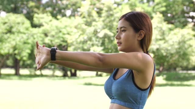 vidéos et rushes de femme asiatique ralenti étirement avant l'entraînement - sans mise au point and équilibre