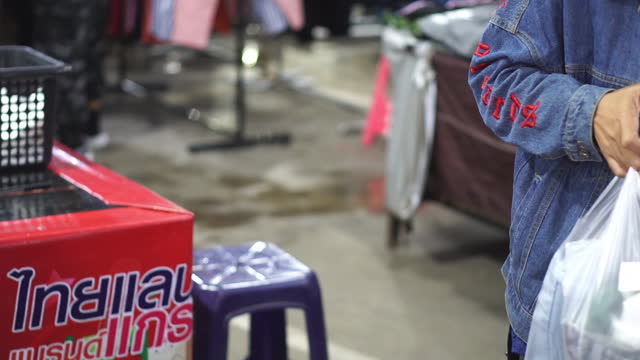 slow motion asiatiska kvinnor betalar för kläder - editorial bildbanksvideor och videomaterial från bakom kulisserna