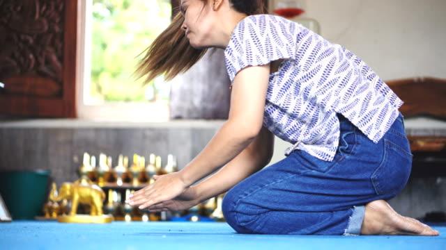le donne asiatiche al rallentatore rispettano monaci e oroscopi. - buddismo video stock e b–roll