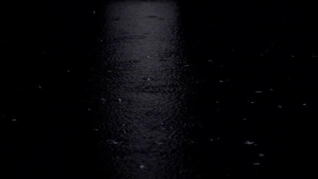 Slow motion vid 240fps regn vatten droppar på en damm