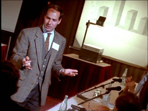 vidéos et rushes de slow motion audience talking to man at business seminar - être debout