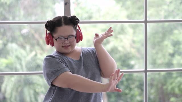 自宅で踊るスローモーション自閉症の女の子 - 自閉症点の映像素材/bロール