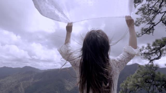 stockvideo's en b-roll-footage met slowmotion, mooie vrouw voelen ontspannen - menselijke arm