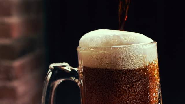 vídeos y material grabado en eventos de stock de slow motion beer pour with foam - frío