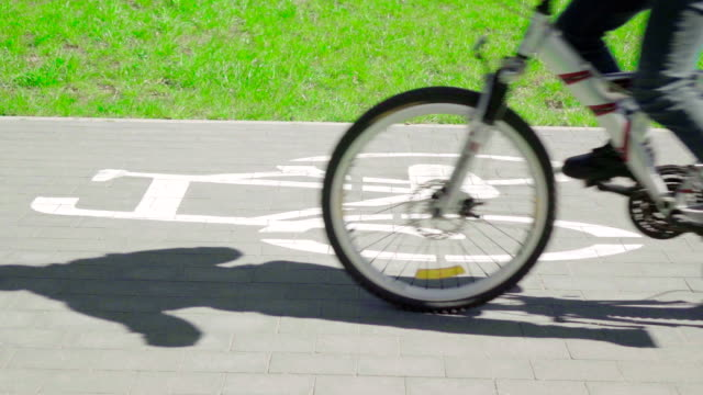 vidéos et rushes de au ralenti : vélo sur un vélo de la itinéraire - roue