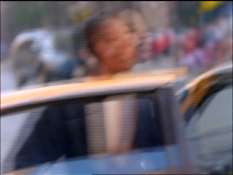 vídeos de stock e filmes b-roll de slow motion black businesswoman getting out of taxi on nyc street - táxi amarelo