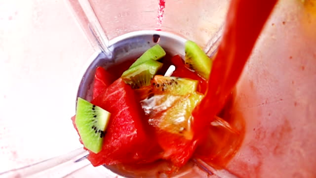 hd-slow-motion: mixer mit frucht-smoothie. - selbstgemacht stock-videos und b-roll-filmmaterial