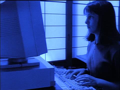 vídeos y material grabado en eventos de stock de slow motion blue dolly shot brunette girl typing on computer / shoji screens in background - sólo chicas adolescentes