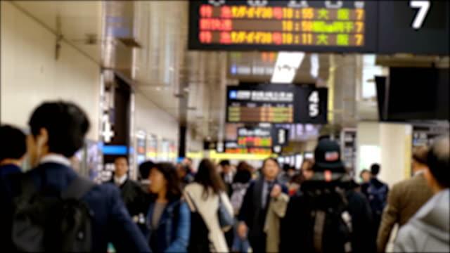 4k zeitlupe: verwischt von anonymen touristen nach hause gehen, indem sie die u-bahn-station hong kong in stoßzeiten benutzen - bahnsteig stock-videos und b-roll-filmmaterial