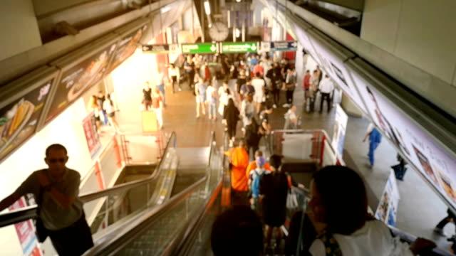 vídeos de stock, filmes e b-roll de câmera lenta de hd: pessoas turva numa plataforma de trem - estação