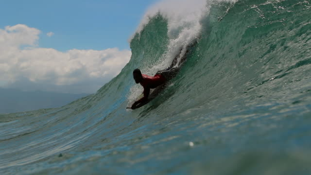 slow motion bodyboarder catching wave from a camera in the water, pipeline - palme stock-videos und b-roll-filmmaterial