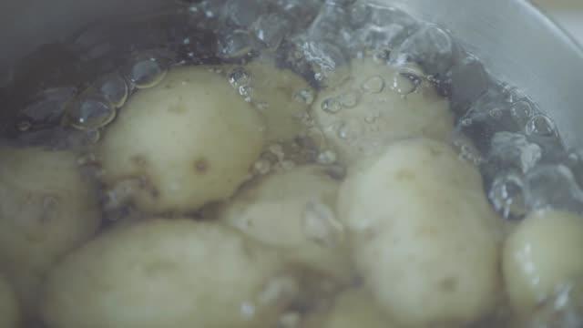 vidéos et rushes de slow motion ébullition bébé pomme de terre dans un pot - pomme de terre