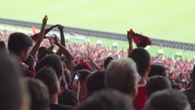 vidéos et rushes de slow motion: brazilian soccer fans spin supporter scarves at a match - fan