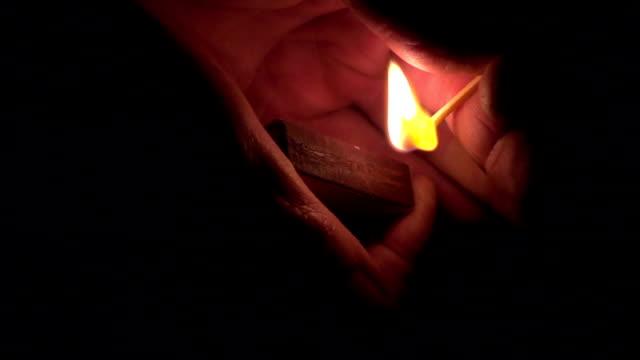 vídeos de stock e filmes b-roll de câmara lenta :  queima de jogo na mão - caixa de fósforos