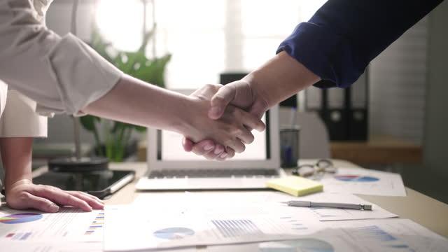 スローモーションビジネス ハンドシェイク - 合意点の映像素材/bロール
