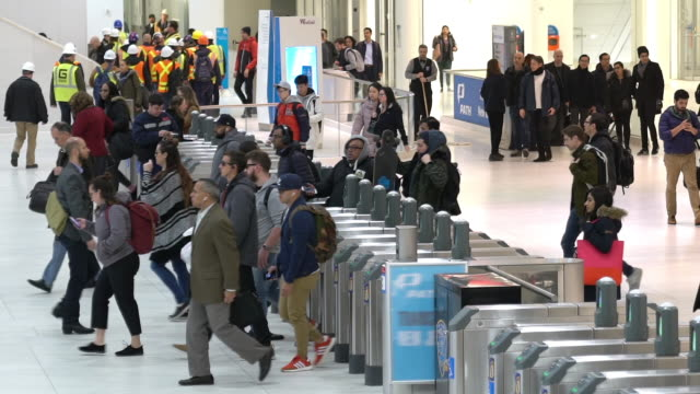 スローモーション:ニューヨークの地下鉄地下鉄駅で混雑したビジネスマンツーリスト歩行者 - ショッピングセンター点の映像素材/bロール