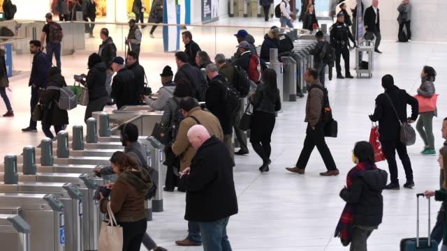 stockvideo's en b-roll-footage met slow motion: zakenman toeristische voetgangers druk in new york metro metro treinstation - treinstation