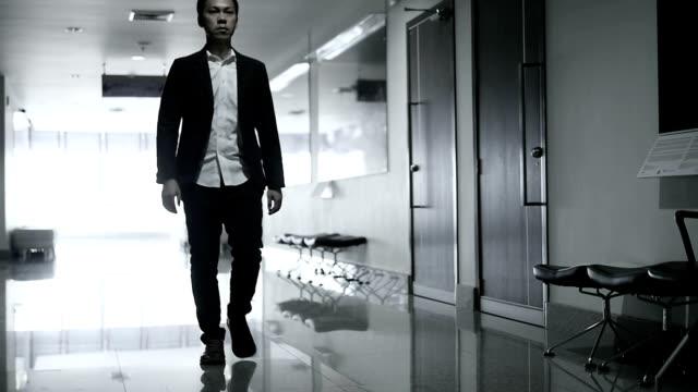 HD : Zeitlupe Geschäftsmann im Büro-Gebäude