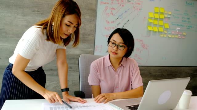 4 k スローモーション: 実業家は近代的なオフィスで同僚を指導します。 - インストラクター点の映像素材/bロール
