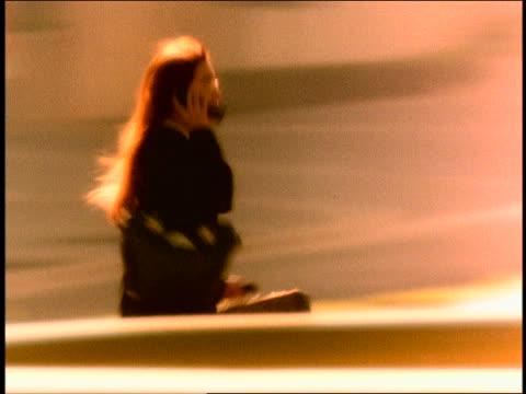 vídeos y material grabado en eventos de stock de slow motion pan businesswoman running on city street while talking on cellular telephone / mexico - maletín