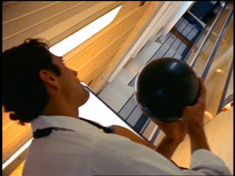 vídeos y material grabado en eventos de stock de slow motion canted close up man in formalwear throwing ball in bowling alley / ball goes in gutter - bola de bolos
