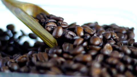 stockvideo's en b-roll-footage met slow motion: kwaliteitscontrole van geroosterde koffiebonen met houten lepel - ijslepel