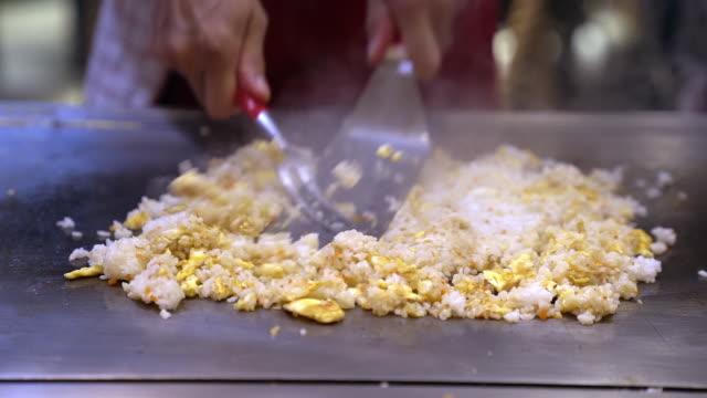 vídeos y material grabado en eventos de stock de chef a cámara lenta cocinando chahan yakimeshi, arroz frito japonés bbq teppanyaki - plancha