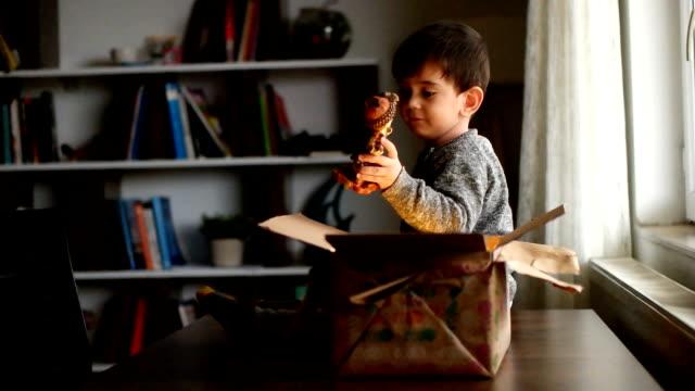 slow-motion - kind eröffnung geschenk - decke bettwäsche stock-videos und b-roll-filmmaterial