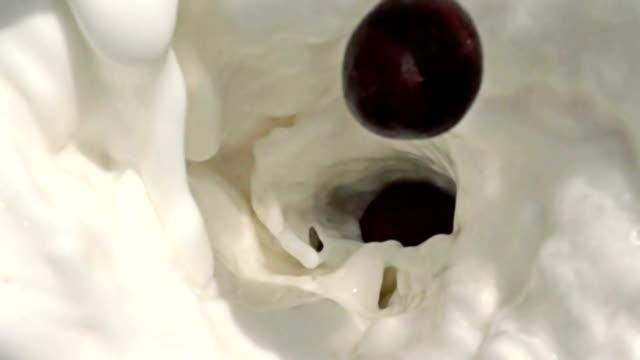 rallentatore di cioccolato in spruzzi di latte palle - top video stock e b–roll