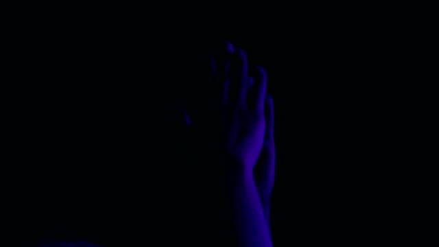 zeitlupe: klatschen die hände auf konzert - musiker stock-videos und b-roll-filmmaterial