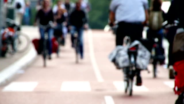 stockvideo's en b-roll-footage met hd slow motion clip of bicycle commuters - rijwiel