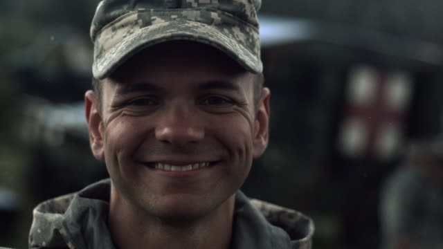 vídeos de stock e filmes b-roll de slow motion clip of soldier smiling while snow falls. - exército americano