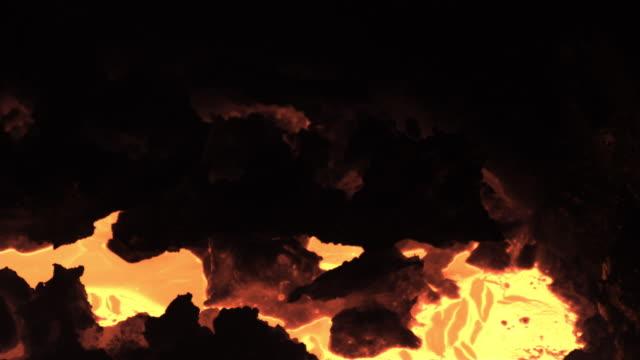 vídeos de stock e filmes b-roll de slow motion close shot on a vat of molten iron. - ferro metal