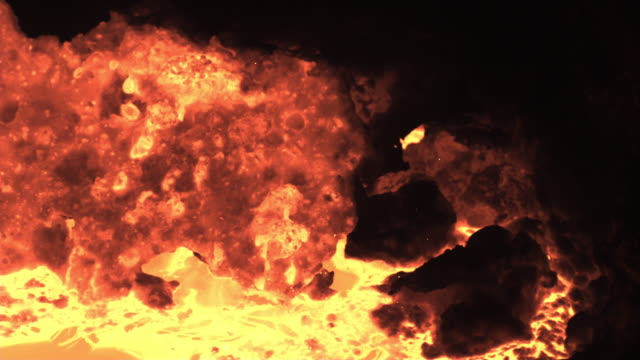 vídeos de stock, filmes e b-roll de slow motion close shot on a vat of molten iron. - ferro metal