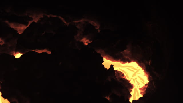 vídeos de stock e filmes b-roll de slow motion close shot on molten iron - ferro metal