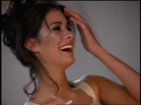 vídeos y material grabado en eventos de stock de slow motion close up bridesmaid laughing / zoom out blonde bride preparing to bowl in bowling alley - bola de bolos