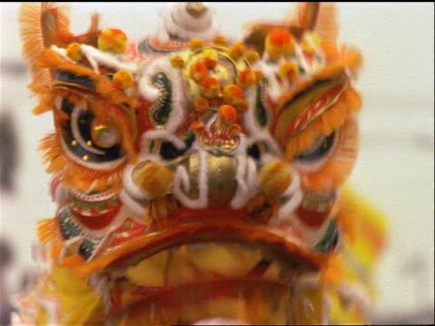 vídeos y material grabado en eventos de stock de slow motion close up chinese dragon during parade / chinese new year - dragon chino