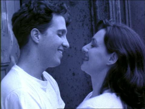 stockvideo's en b-roll-footage met b/w blue slow motion close up gen x couple hugging, kissing + laughing in front of building / nyc - heteroseksueel koppel