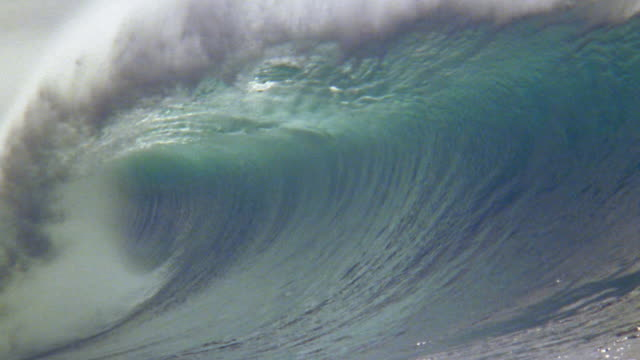 stockvideo's en b-roll-footage met slow motion close up  large ocean wave crashing and spraying mist / oahu, hawaii - wave