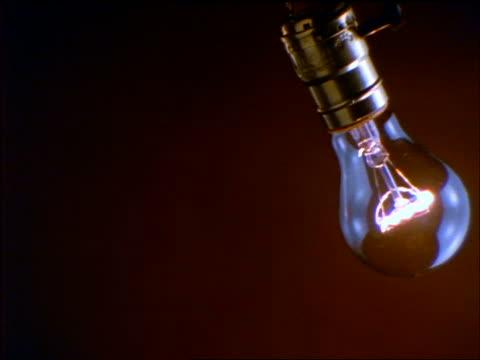 vídeos de stock, filmes e b-roll de slow motion close up light bulb swinging + exploding - lâmpada