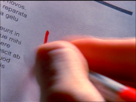 "vídeos y material grabado en eventos de stock de slow motion close up man's hand writing ""ja"" with red marker next to paragraph in foreign language - escritura occidental"