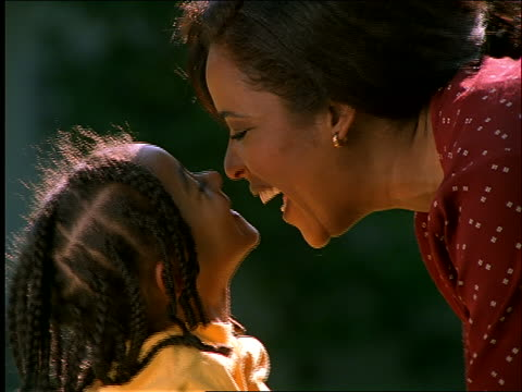 stockvideo's en b-roll-footage met slow motion close up of black woman and young girl rubbing noses - eskimokus geven