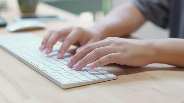 zeitlupe, nahaufnahme des mannes hand binden tastaturcomputer zu hause büro-schreibtisch, arbeit von zu hause, menschen und technologie - desktop pc stock-videos und b-roll-filmmaterial
