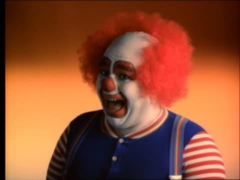 vídeos y material grabado en eventos de stock de slow motion close up of pie being thrown into clown's face - pastel dulce